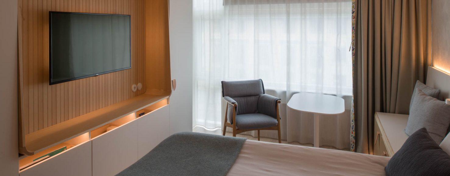 Superior rum Nordic Light Hotel tvvägg och Carl Hansen stol